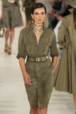 NEW YORK NY - SEPTEMBER 11: En modell går landningsbanan på den Ralph Lauren Spring 2015 modesamlingen Arkivfoton