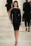 NEW YORK NY - SEPTEMBER 11: En modell går landningsbanan på den Ralph Lauren Spring 2015 modesamlingen Arkivbilder