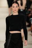 NEW YORK NY - SEPTEMBER 11: En modell går landningsbanan på den Ralph Lauren Spring 2015 modesamlingen Royaltyfria Bilder