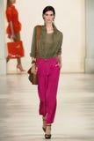 NEW YORK NY - SEPTEMBER 11: En modell går landningsbanan på den Ralph Lauren Spring 2015 modesamlingen Royaltyfri Fotografi