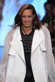 NEW YORK NY - SEPTEMBER 07: Formgivaren Donna Karan går landningsbanan på samlingen för mode för DKNY-vår 2015 Royaltyfri Bild