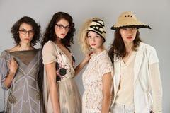 NEW YORK, NY - 6. SEPTEMBER: Gruppe Modelle wirft an der Sergio Davila-Modedarstellung auf Stockfotografie