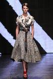NEW YORK, NY - 08 SEPTEMBER: Het model loopt de baan bij de modeshow van Donna Karan Spring 2015 Royalty-vrije Stock Afbeeldingen