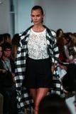 NEW YORK, NY - 09 SEPTEMBER: Karlie Kloss loopt de baan bij de Oscar De La Renta-modeshow Stock Foto's