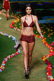 NEW YORK NY - SEPTEMBER 08: Kendall Jenner går landningsbanan på Tommys Hilfiger Womens modeshow Royaltyfria Foton