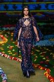 NEW YORK, NY - 8. SEPTEMBER: Kendall Jenner geht die Rollbahn an Tommy Hilfiger Womens Modeschau Lizenzfreies Stockfoto