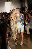 NEW YORK, NY - 10. SEPTEMBER: Miley Cyrus (L) und Designer Jeremy Scott-Weg die Rollbahn Stockfotos