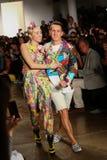 NEW YORK, NY - 10. SEPTEMBER: Miley Cyrus (L) und Designer Jeremy Scott-Weg die Rollbahn Lizenzfreie Stockbilder