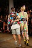NEW YORK, NY - 10. SEPTEMBER: Miley Cyrus (R) und Designer Jeremy Scott-Weg die Rollbahn Lizenzfreies Stockbild