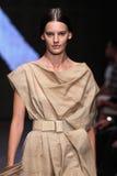 NEW YORK, NY - 08 SEPTEMBER: Modelamanda murphy loopt de baan bij de modeshow van Donna Karan Spring 2015 Stock Afbeeldingen