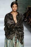 NEW YORK, NY - 05 SEPTEMBER: Modelanja leuenberger loopt de baan bij de Zimmermann-modeshow Royalty-vrije Stock Afbeeldingen