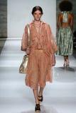 NEW YORK, NY - 05 SEPTEMBER: Modelcarly moore loopt de baan bij de Zimmermann-modeshow Stock Afbeeldingen