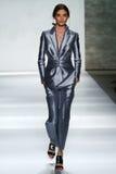 NEW YORK, NY - 05 SEPTEMBER: Modelcarolina thaler loopt de baan bij de Zimmermann-modeshow Stock Afbeeldingen