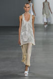 NEW YORK, NY - 11 SEPTEMBER: Modelharleth kuusik loopt de baan bij de Calvin Klein Collection-modeshow Royalty-vrije Stock Foto