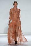NEW YORK, NY - 05 SEPTEMBER: Modelhollie-may saker loopt de baan bij de Zimmermann-modeshow Stock Afbeelding