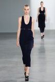 NEW YORK, NY - 11 SEPTEMBER: Modeljo molenaar loopt de baan bij de Calvin Klein Collection-modeshow Stock Foto