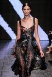 NEW YORK, NY - 08 SEPTEMBER: Modelkati nescher loopt de baan bij de modeshow van Donna Karan Spring 2015 Stock Fotografie