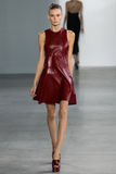 NEW YORK, NY - 11. SEPTEMBER: Modell geht die Rollbahn an der Calvin Klein Collections-Modeschau Lizenzfreie Stockbilder