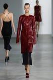 NEW YORK, NY - 11. SEPTEMBER: Modell geht die Rollbahn an der Calvin Klein Collections-Modeschau Stockbilder