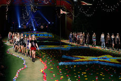 NEW YORK, NY - 8. SEPTEMBER: Modelle gehen die Rollbahn an Tommy Hilfiger Womens Modeschau Stockfotos