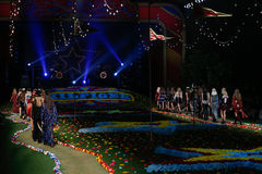 NEW YORK, NY - 8. SEPTEMBER: Modelle gehen die Rollbahn an Tommy Hilfiger Womens Modeschau Stockbild