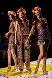 NEW YORK, NY - 04 SEPTEMBER: Modelleert het werpen bloemblaadjes aan de baan bij Desigual-de Lente van 2015 modeshow Royalty-vrije Stock Foto's