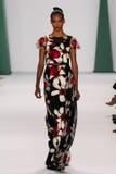 NEW YORK NY - SEPTEMBER 08: Modellen Cora Emmanuel går landningsbanan på den Carolina Herrera modeshowen Arkivbilder