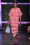 NEW YORK NY - SEPTEMBER 07: Modellen Cora Emmanuel går landningsbanan på samlingen för mode för DKNY-vår 2015 Royaltyfria Foton