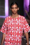 NEW YORK NY - SEPTEMBER 07: Modellen Cora Emmanuel går landningsbanan på samlingen för mode för DKNY-vår 2015 Royaltyfri Foto