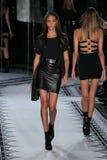 NEW YORK NY - SEPTEMBER 07: Modellen Joan Smalls går landningsbanan på kontra samlingen för Versace vår 2015 Arkivfoto