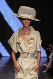 NEW YORK NY - SEPTEMBER 08: Modellen Maartje Verhoef går landningsbanan på den Donna Karan Spring 2015 modesamlingen Arkivfoto