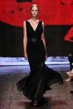 NEW YORK NY - SEPTEMBER 08: Modellen Vanessa Axente går landningsbanan på den Donna Karan Spring modeshowen 2015 royaltyfria bilder