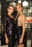 NEW YORK NY - SEPTEMBER 04: Modeller deltar i den Pamela Gonzales presentationen Royaltyfri Bild