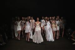 NEW YORK NY - SEPTEMBER 04: Modeller går landningsbanafinalen på den Meskita modeshowen arkivbilder