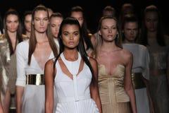 NEW YORK NY - SEPTEMBER 04: Modeller går landningsbanafinalen på den Meskita modeshowen royaltyfri fotografi