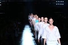 NEW YORK NY - SEPTEMBER 06: Modeller går landningsbanafinalen på den Prabal Gurung modeshowen Royaltyfri Bild