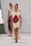 NEW YORK NY - SEPTEMBER 08: Modeller går landningsbanan på den Carolina Herrera modeshowen Fotografering för Bildbyråer