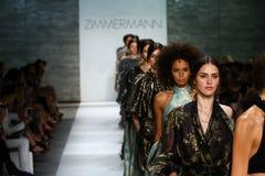 NEW YORK NY - SEPTEMBER 05: Modeller går landningsbanan på den Zimmermann modeshowen Fotografering för Bildbyråer