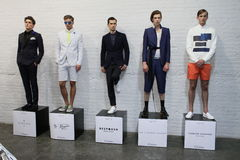 NEW YORK NY - SEPTEMBER 03: Modeller poserar på menswearnpresentationen Royaltyfri Bild