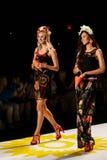 NEW YORK NY - SEPTEMBER 04: Modeller som kastar kronblad till landningsbanan på den Desigual vårmodeshowen 2015 Royaltyfri Fotografi