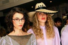 NEW YORK NY - SEPTEMBER 06: Modeller som visar hattar och tillbehör på Sergio Davila, danar presentation Royaltyfri Bild