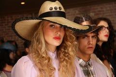 NEW YORK NY - SEPTEMBER 06: Modeller som visar hattar och tillbehör på Sergio Davila, danar presentation Arkivbilder