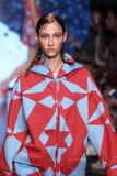 NEW YORK, NY - 07 SEPTEMBER: Modellera tribel loopt de baan bij DKNY-de Lente van 2015 manierinzameling Royalty-vrije Stock Afbeeldingen
