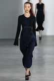 NEW YORK, NY - 11 SEPTEMBER: ModelSo Ra Choi loopt de baan bij de Calvin Klein Collection-modeshow Stock Afbeeldingen