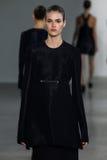 NEW YORK, NY - 11 SEPTEMBER: Modelvanessa moody loopt de baan bij de Calvin Klein Collection-modeshow royalty-vrije stock afbeeldingen
