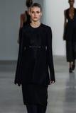 NEW YORK, NY - 11 SEPTEMBER: Modelvanessa moody loopt de baan bij de Calvin Klein Collection-modeshow stock foto's