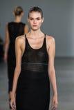 NEW YORK, NY - 11 SEPTEMBER: Modelvanessa moody loopt de baan bij de Calvin Klein Collection-modeshow royalty-vrije stock foto's