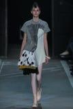 NEW YORK, NY - 09 SEPTEMBER: Modelvanessa moody loopt de baan bij de Marc By Marc Jacobs-modeshow stock foto