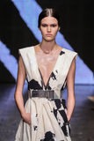 NEW YORK, NY - 08 SEPTEMBER: Modelvanessa moody loopt de baan bij de modeshow van Donna Karan Spring 2015 stock fotografie