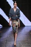 NEW YORK, NY - 08 SEPTEMBER: Modelvanessa moody loopt de baan bij de modeshow van Donna Karan Spring 2015 stock foto's